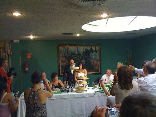 Andoni and Laure cutting cake