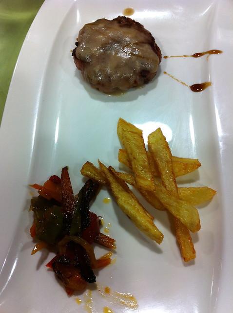 Semana del Pincho 4 - El Guti - Hamburguesita de ternera con sala de queso y su guarnición