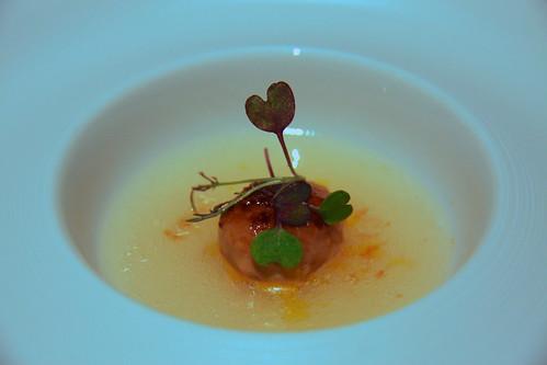 Restaurante Solana - Bonbon de foie caramelizado sobre una crema de avellanas.