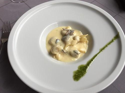 TarKarí - Fagotinis rellenos de gorgonzola y nueces, con crema de hongos al aroma de trufa negra